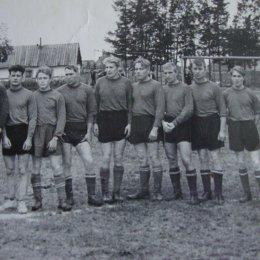 Футбольная команда «Шахтер» (Тихменево) на центральном стадионе своего поселка