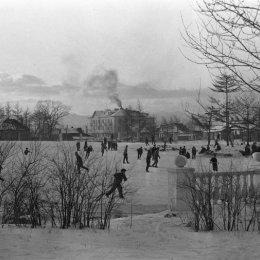 На катке в городском парке (Южно-Сахалинск, 1950-е годы)