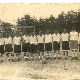 Где можно встретить мужчину с цветами? Правильно! На футбольном поле.  Команда «Нефтяник» (Оха), 1946 год