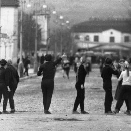 Легкоатлетическая эстафета по улицам Южно-Сахалинска (1950-е годы). На заднем плане – старый железнодорожный вокзал