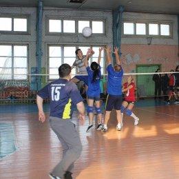 В Поронайске сыграли в мини-волейбол