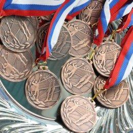 Главный приз волейбольного турнира ветеранов в Долинске завоевали хозяева площадки