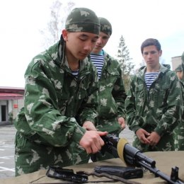 Допризывники разбирали автомат и метали гранату
