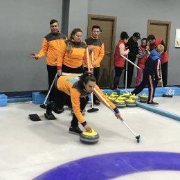 Островные спортсмены с ограниченными физическими возможностями отправились на открытый турнир по керлингу в Новосибирск