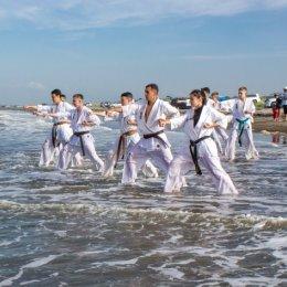 Каратисты провели тренировку на анивском пляже