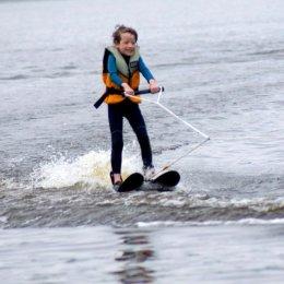 Открытая тренировка на водных лыжах и вейкборде для детей с ограниченными возможностями впервые прошла на озере Тунайча