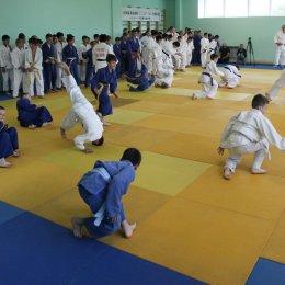 Японские сенсеи учат юных спортсменов канонам классического дзюдо