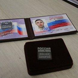 Сергей Буренков вручил Алексею Дудину значок мастера спорта