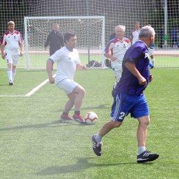 Ветераны из Корсакова лидируют в областном футбольном турнире