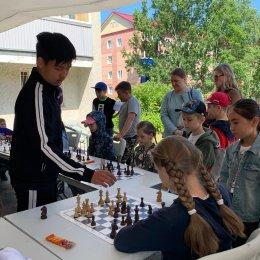 Максим Кан завершил серию сеансов одновременной игры в шахматы, посвящённую Дню молодежи