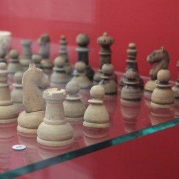 Шахматы из фарфора и мамонтовой кости можно увидеть на выставке «Царская игра»