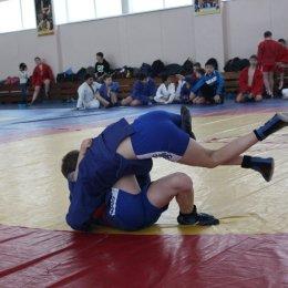В первенстве Южно-Сахалинска приняли участие около 100 юных самбистов