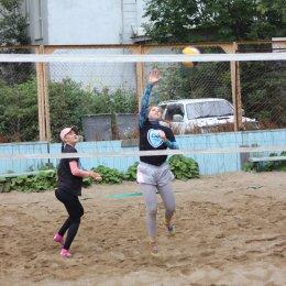 Участники чемпионата области по пляжному волейболу соперничают с непогодой