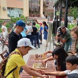 Михаил Бамбизо и Артем Хуснулгатин приобщили к шахматам юных сахалинцев